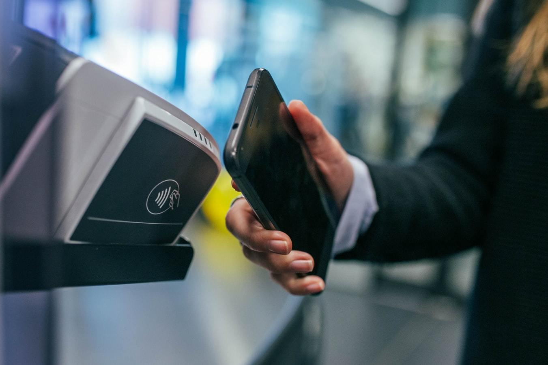 Kontaktloses Bezahlen. Die Digitalisierung des Geldes